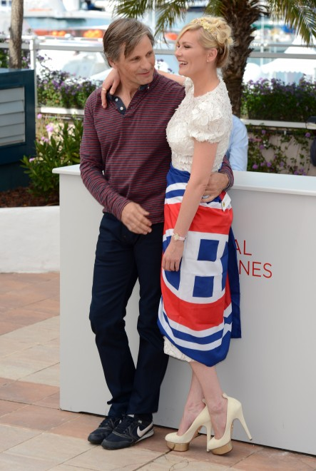 "Viggo Mortensen and Kirsten Dunst pose with a Montreal Canadiens flag at a Cannes photo call for ""On the Road"""