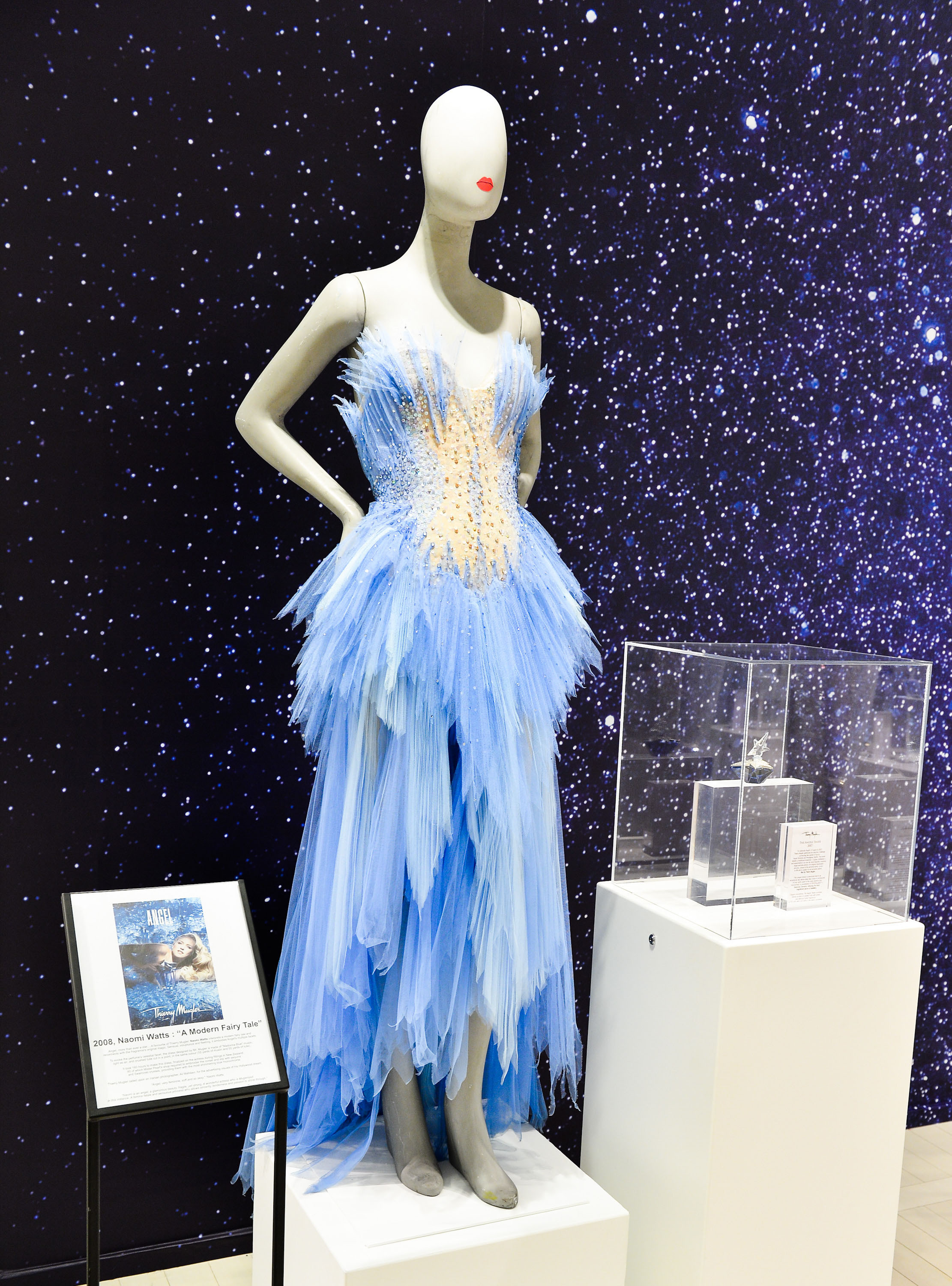 5 stunning thierry mugler gowns visit montreal to. Black Bedroom Furniture Sets. Home Design Ideas