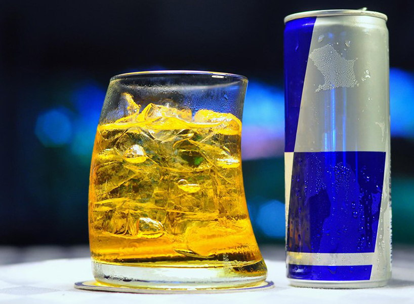 energy drinks and alcohol: an image of a cocktail in a glass.