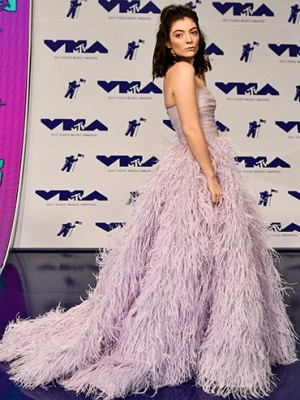Lorde arrives at the MTV VMAs 2017 red carpet
