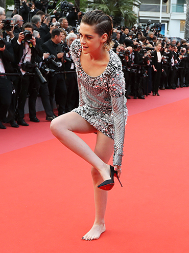 Cannes Kristen Stewart: Kristen Stewart goes barefoot on the red carpet, she is seen here taking off her heels