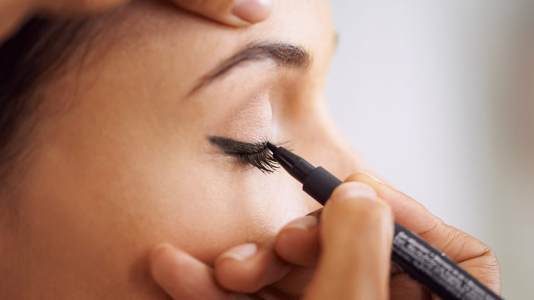 how to put on liquid eyeliner